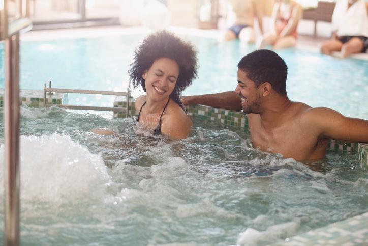 Paar in einem romantischen Whirlpool
