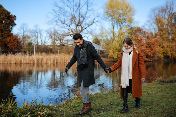 Paar bei einem Spaziergang