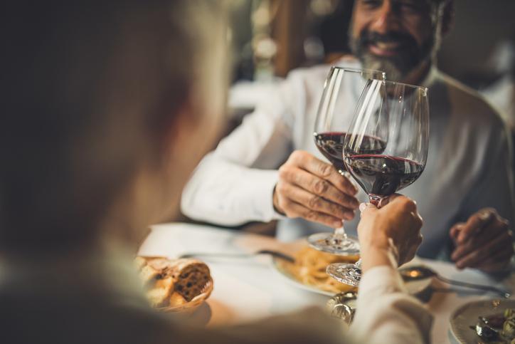Paar genießt Rotwein