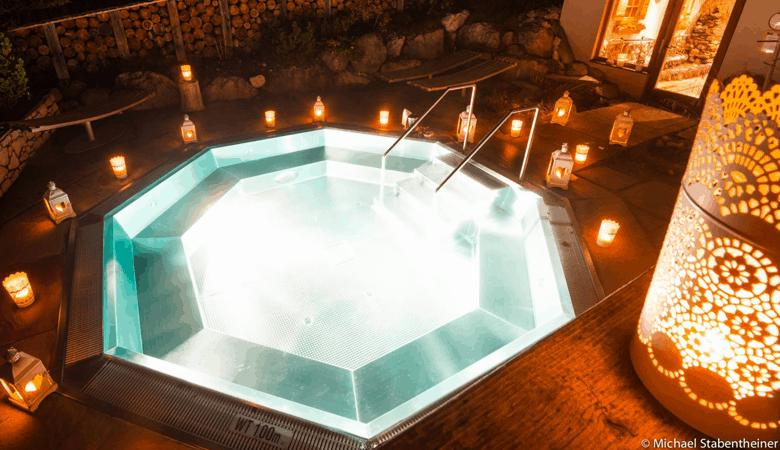 Romantischer Kurzurlaub - Romantischer Whirlpool im Almwellness- Resort Tuffbad - Romantikurlaub