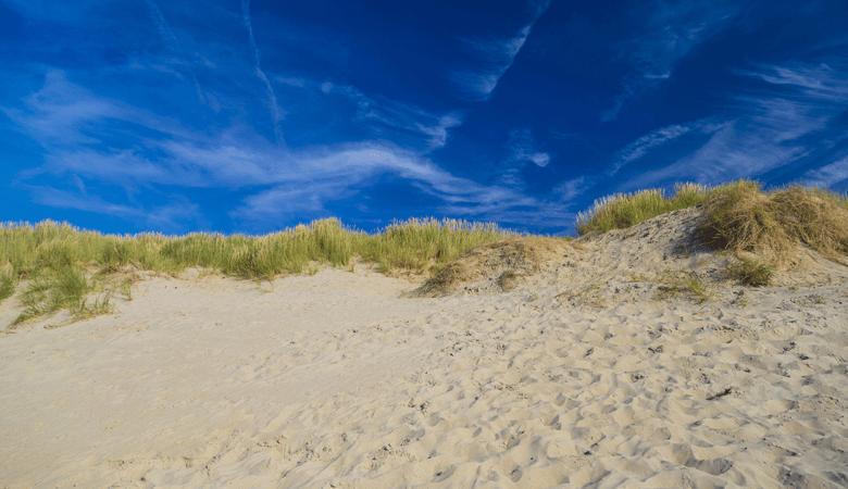 Kleiner Küstenort in Belgien am Strand