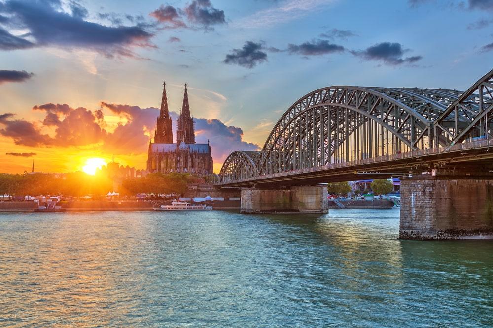 Blick auf den Kölner Dom und Rhein
